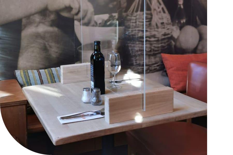 Hygieneschutz aus Acryl als Trennwand auf Restauranttisch