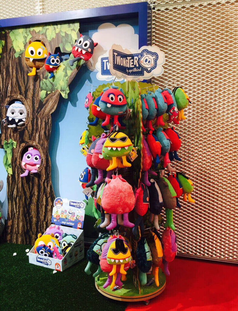 Individuelles Bodendisplay Twonster mit Plüschfiguren von Wasi Displays