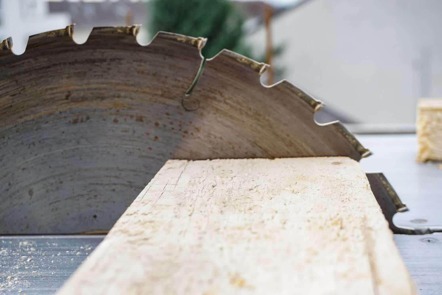 POS-Displays Herstellung Holz und Kreissäge