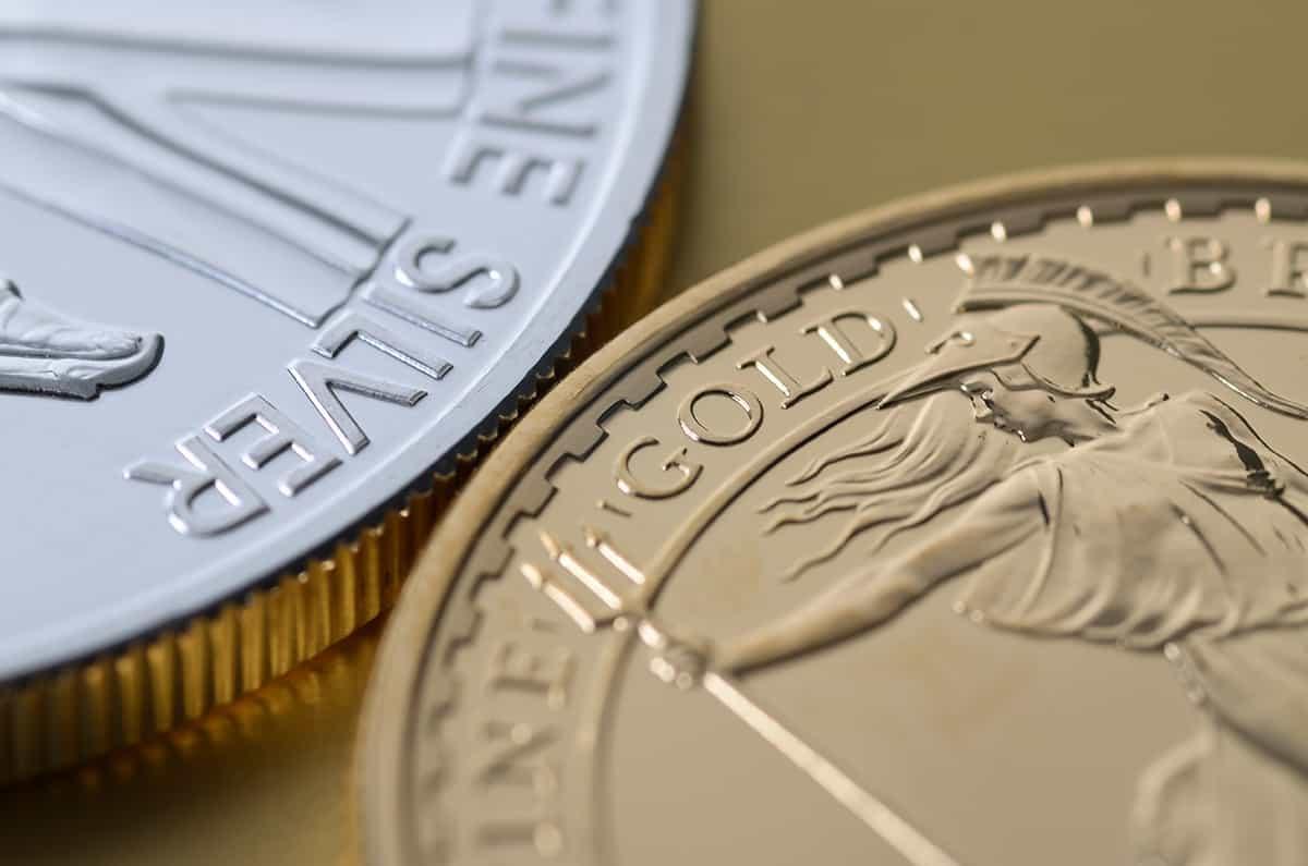 Zwei Münzen in Silber und Gold als Symbol für veredelte Werbeaufsteller