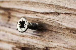 Schraube im Holzbrett