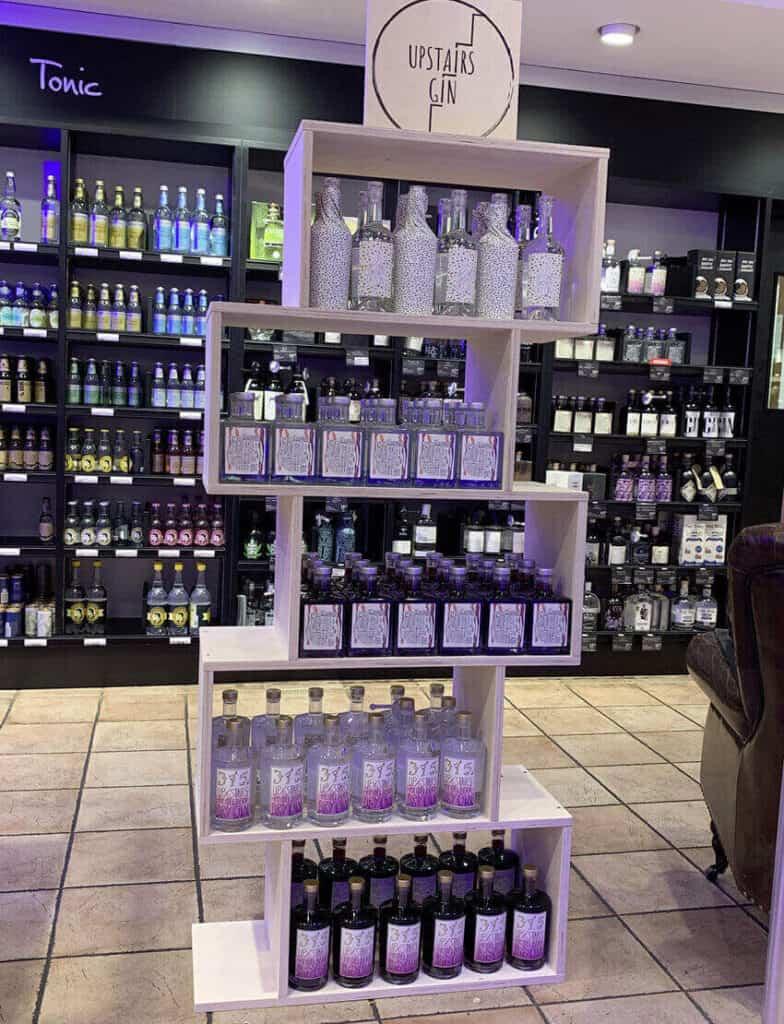 """Standard Bodendisplays für Marke """"Upstairs Gin"""" bestückt im Verkaufsraum"""
