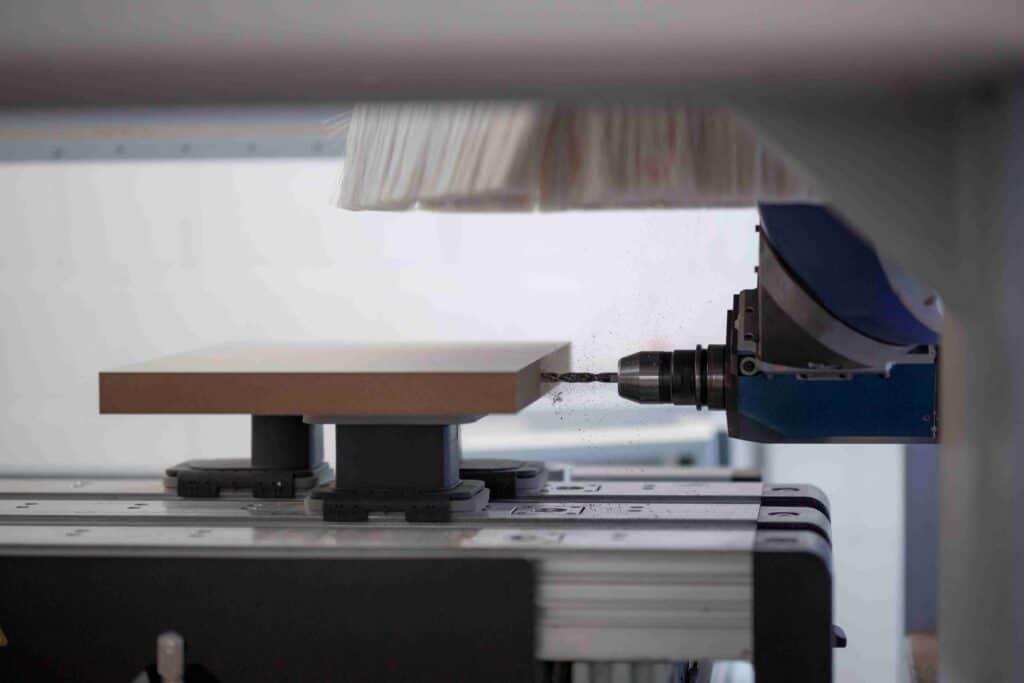 Kreative POS-Displays entstehen durch Bohrmaschine, die Loch in Holzbrett bohrt