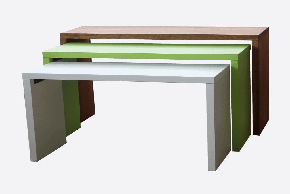 Drei Tische für die Produktpräsentation in unterschiedlichen Größen und lackiert in den Farben weiß, grün und braun