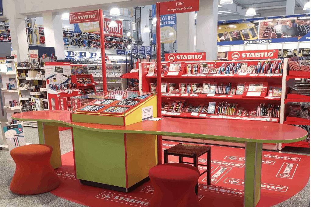 Ladenbau Element mit Schreibtisch und Auslage für Füller zum Ausprobieren der Stabilo-Stifte