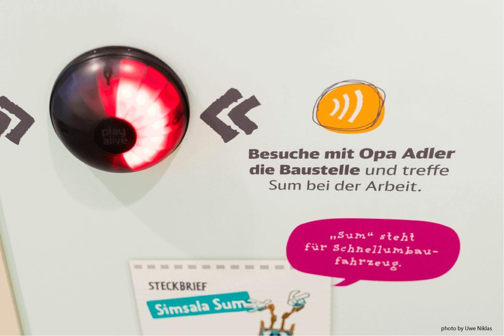 bedruckte Wand mit 3D-Alarm als Ladenbauelement