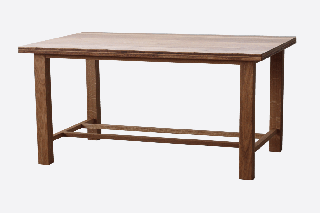 Holztisch zur Präsentation von Produkten