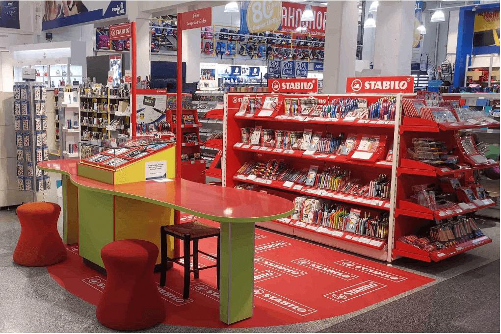 """Ladenbau """"Füller Kompetenz-Center"""" für Stabilo mit Tisch als Schreibfläche uns Ausstellungskasten für Füller"""
