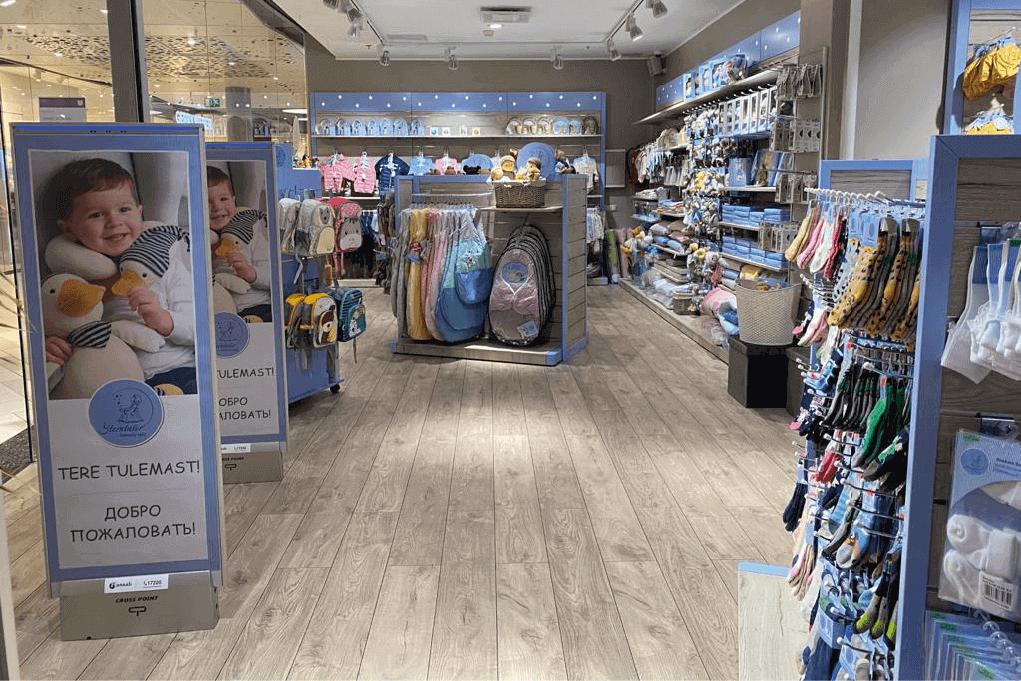 Ladenbau im Geschäft von Sterntaler mit verschiedenen modularen Holzregalen und -aufstellern