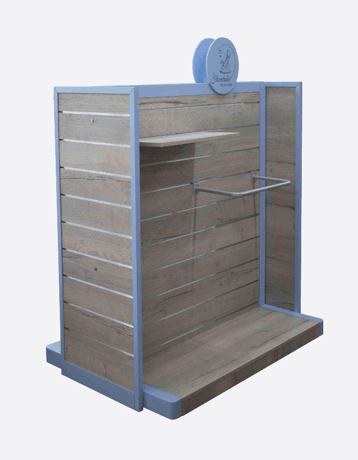 Nachhaltige Warenpräsentation in Form eines modularen Ladenbauelements aus Holz mit logobedrucktem Sterntaler Topper
