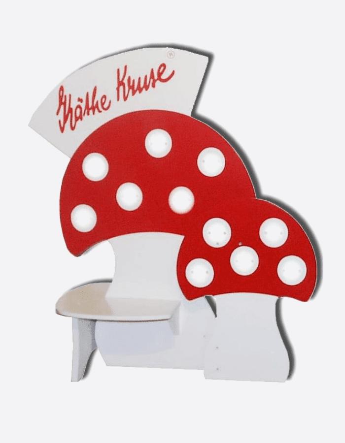 Schaufensterdeko in Form von zwei Fliegenpilzen mit Logo-Topper von Käthe Kruse