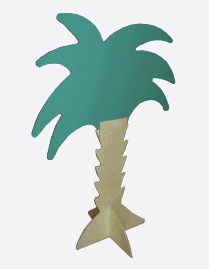 Schaufensterdeko in Form und Farbe einer Palme