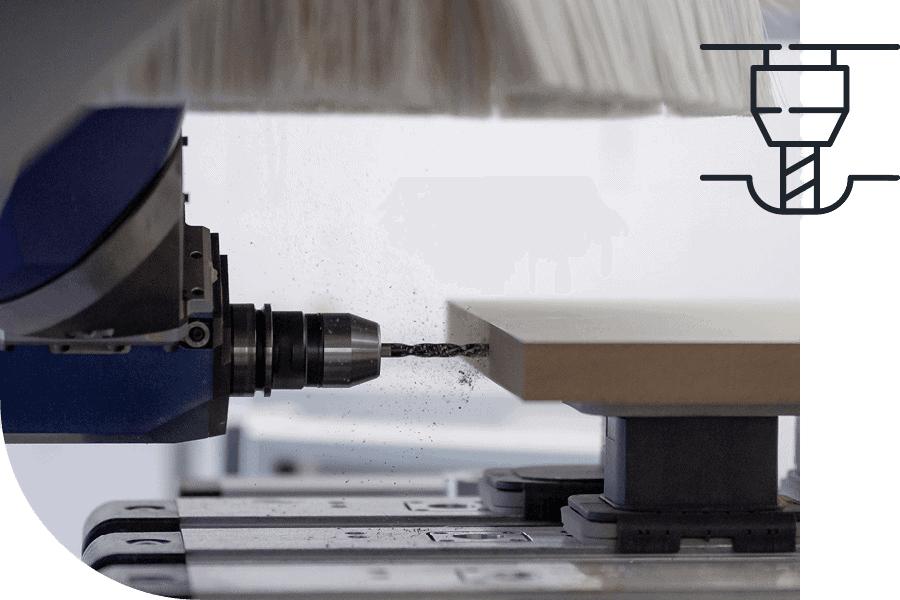 Herstellung von Werbedisplays durch CNC-Maschine, die Holzbrett durchbohrt