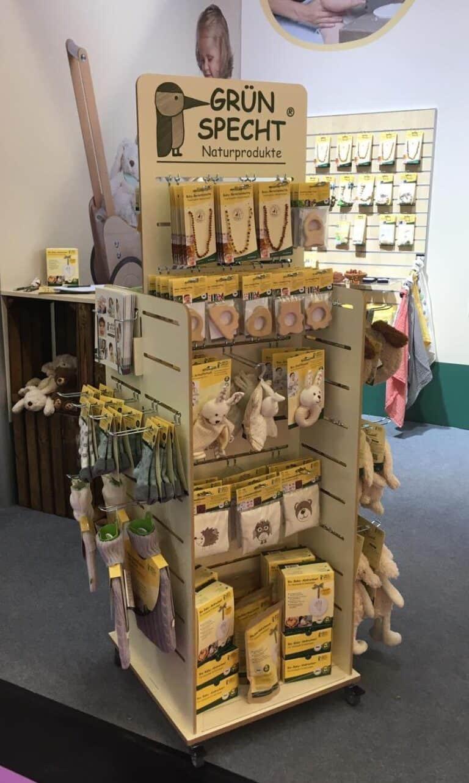 Holzdisplays für Grünspecht im Verkaufsraum mit Produkten bestückt